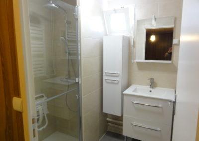 Salle de bains aménagée personnes à mobilité réduite